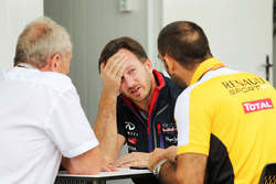Dr Helmut Marko, consultor de Red Bull Motorsport, con Christian Horner, director de Red Bull Racing Team Principal, y Cyril Abiteboul,director de Renault Sport F1