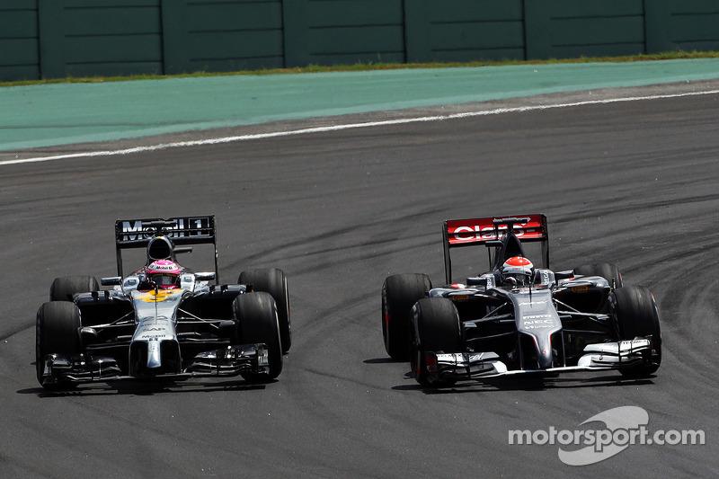 Jenson Button, McLaren MP4-29 e Adrian Sutil,  Sauber C33 lottano per la posizione