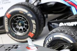 Aşınmış Pirelli lastikleri kapalı parkta