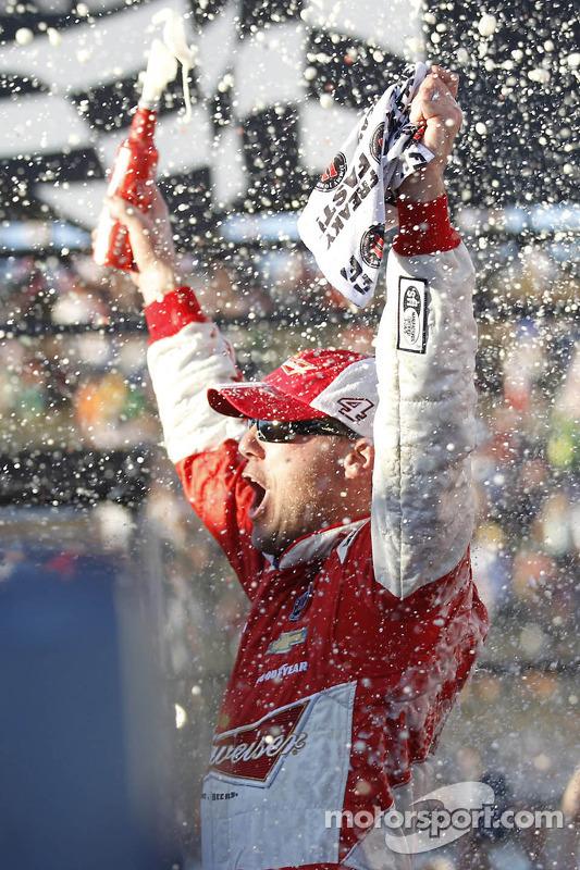 Vencedor da corrida Kevin Harvick celebra