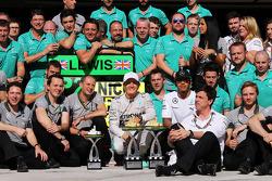 Yarış galibi Nico Rosberg, Mercedes AMG F1 kutlama yapıyor ve ikinci sıra Lewis Hamilton, Mercedes AMG F1 ve takımı