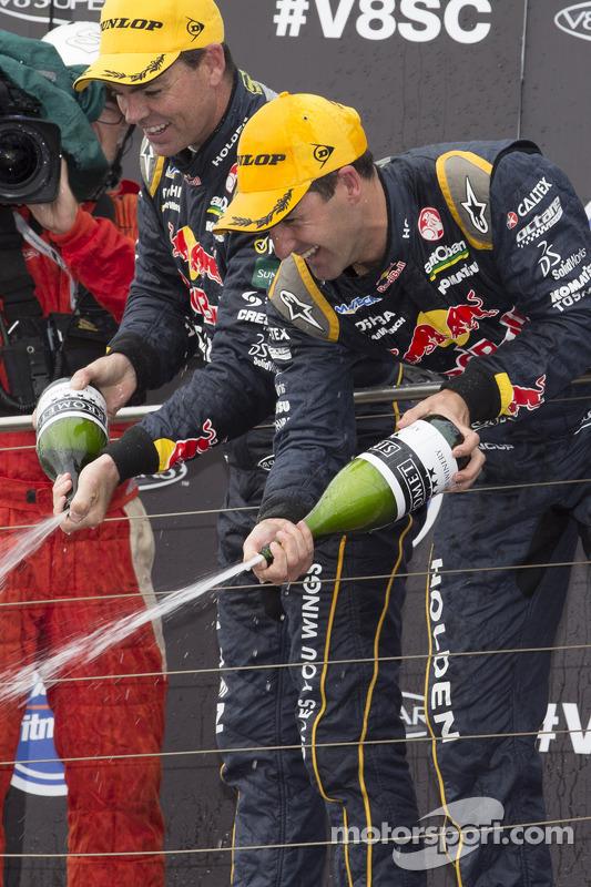 Vencedor da corrida e 2014 campeão Jamie Whincup, Red Bull Holden