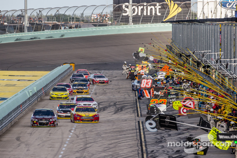 Jeff Gordon, Hendrick Motorsports Chevrolet conduce il gruppo sulla pit road