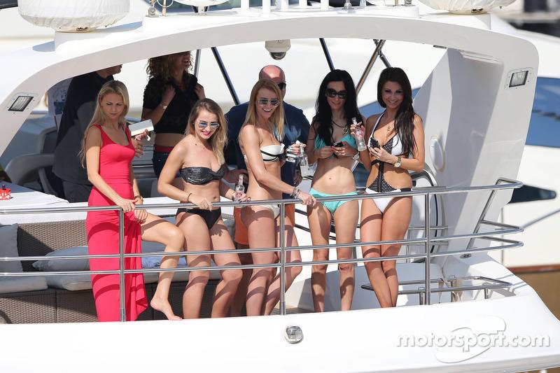 Mujer en un barco en el muelle