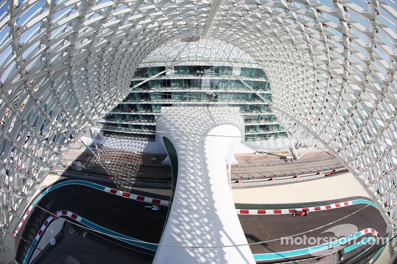 Valtteri Bottas, Williams FW36 davanti a Fernando Alonso, Ferrari F14-T