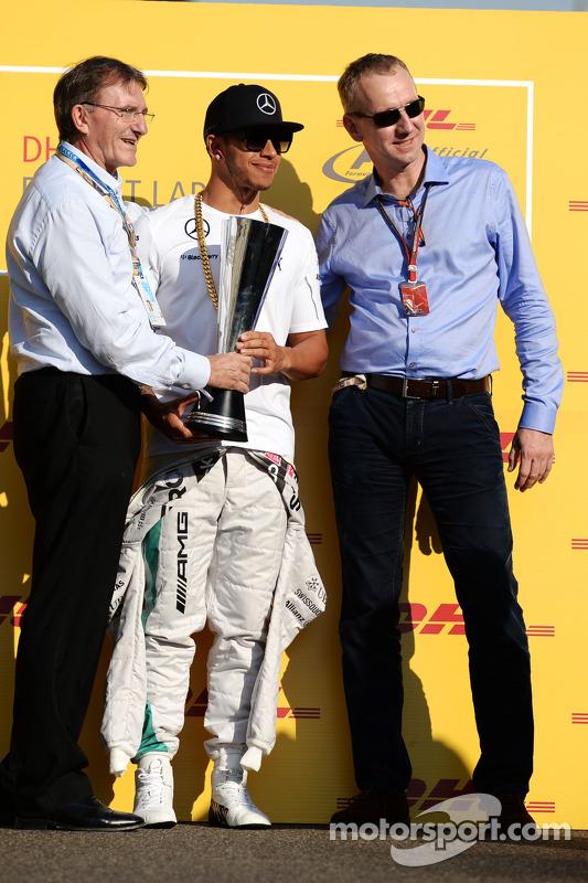 Lewis Hamilton reçoit le trophée DHL du meilleur tour en course