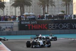 梅赛德斯AMG F1 W05车手刘易斯·汉密尔顿在发车时领先