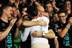 Il vincitore della gara e campione del mondo 2014 do Formula 1 Lewis Hamilton (Mercedes AMG F1) festeggia con Jock Clear e il team Mercedes AMG F1