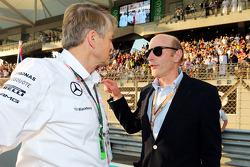 (Da sinistra a destra): Thomas Weber, Membro del Board of Management of Daimler AG con Donald Mackenzie, CVC Capital Partners Managing Partner, Co-direttore di Global Investments