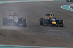 Jean-Eric Vergne, Scuderia Toro Rosso STR9 and Daniel Ricciardo, Red Bull Racing RB10 battle for position