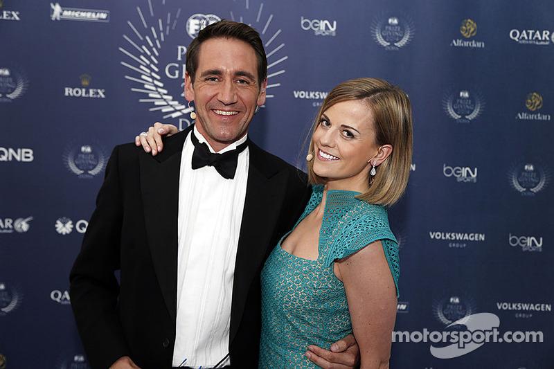 Susie Wolff posa con un collega al FIA prize giving gala