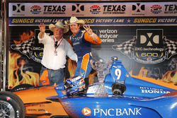Scott Dixon, Chip Ganassi Racing Honda celebrates in victory lane with team owner Chip Ganassi