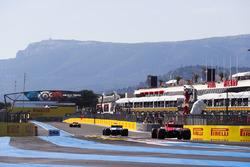Kevin Magnussen, Haas F1 Team VF-18, devant Sebastian Vettel, Ferrari SF71H