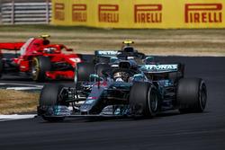 Lewis Hamilton, Mercedes AMG F1 W09, devant Valtteri Bottas, Mercedes AMG F1 W09, et Kimi Raikkonen, Ferrari SF71H