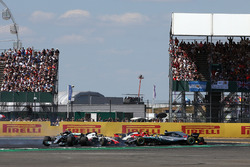Lewis Hamilton, Mercedes-AMG F1 W09 spins after contact with Kimi Raikkonen, Ferrari SF71H at the start of the race