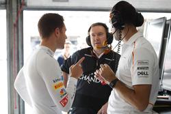 Stoffel Vandoorne, McLaren, with engineers
