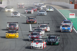 Start: #12 Fach Auto Tech, Porsche 997 GT3 R: Otto Klohs, Martin Ragginger, Jens Richter, Sven Müller, vor #2 Black Falcon, Mercedes SLS AMG GT3: Abdulaziz Al Faisal, Hubert Haupt, Yelmer Buurman, Oliver Webb