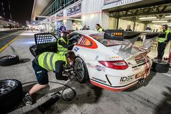 Pit stop untuk  #17 Ruffier Racing Porsche 997 Cup: Patrice Lafargue, Paul Lafargue, Gabriel Abergel