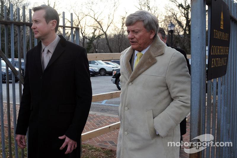 كورت بوش وراستي هاردن يغادران محكمة الأسرة في مقاطعة كينت بعد جلسة استماع بخصوص تهمة الاعتداء التي رفعتها صديقته باتريشيا دريسكول