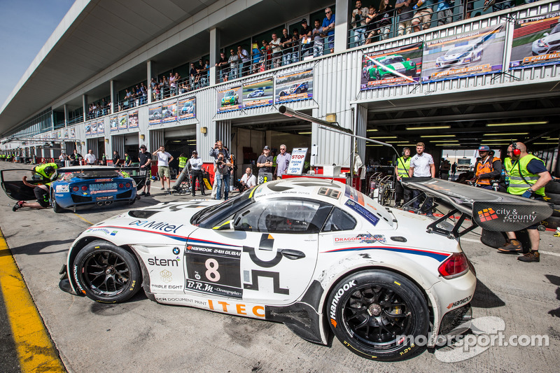 Boxenstopp für #8 Triple Eight, BMW Z4 GT3: Lee Mowle, Joe Osborne, Jacques Duyver, Charlie Hollings