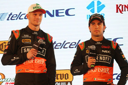 (Von links nach rechts): Nico Hülkenberg, Sahara Force India F1, mit Teamkollege Sergio Perez, Sahara Force India F1