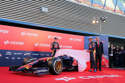 (da sinistra a destra): Max Verstappen, Scuderia Toro Rosso e il compagno di squadra Carlos Sainz Jr., Scuderia Toro Rosso svelano la nuova Scuderia Toro Rosso STR10