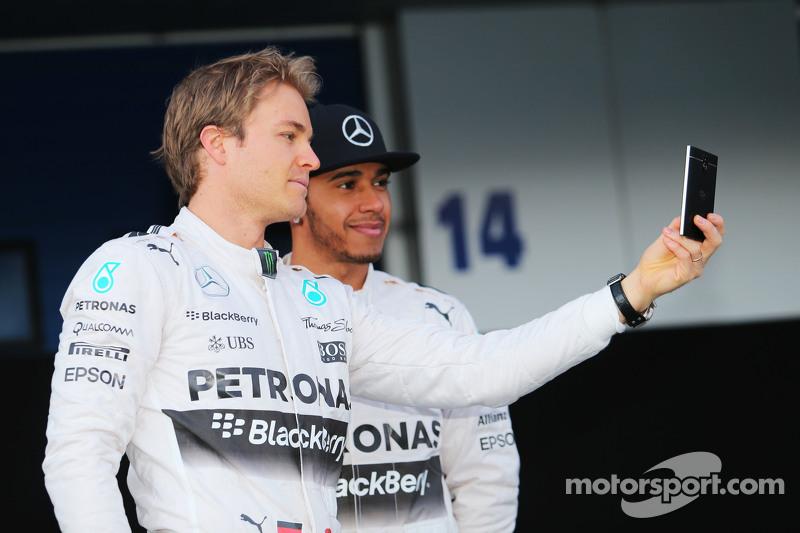 (da sinistra a destra): Nico Rosberg, Mercedes AMG F1 con il compadno di squadra Lewis Hamilton, Mercedes AMG F1