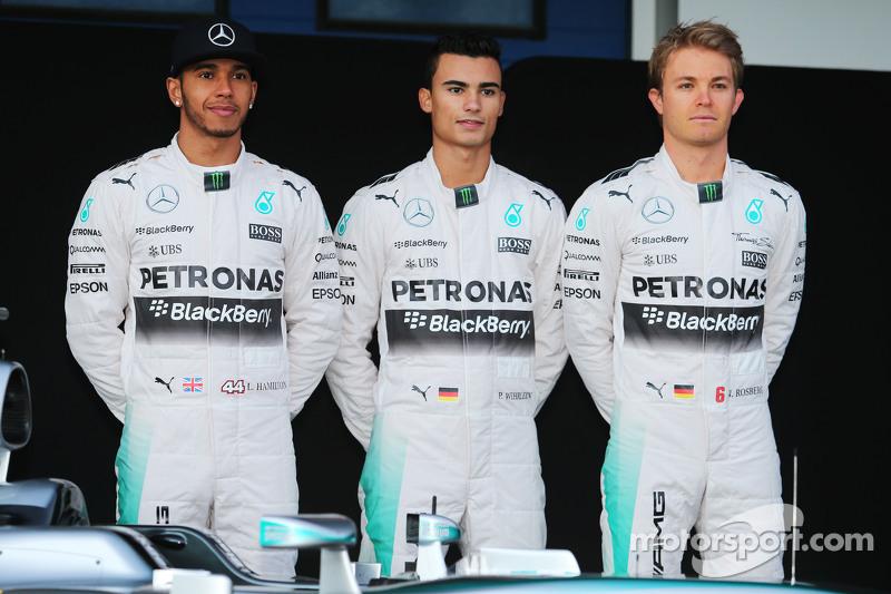 (Von links nach rechts): Lewis Hamilton, Mercedes AMG F1, mit Testfahrer Pascal Wehrlein und Teamkollege Nico Rosberg