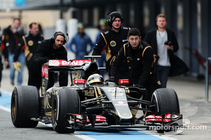 Pastor Maldonado, Lotus F1 E23 is pushed down the pit lane by mechanics