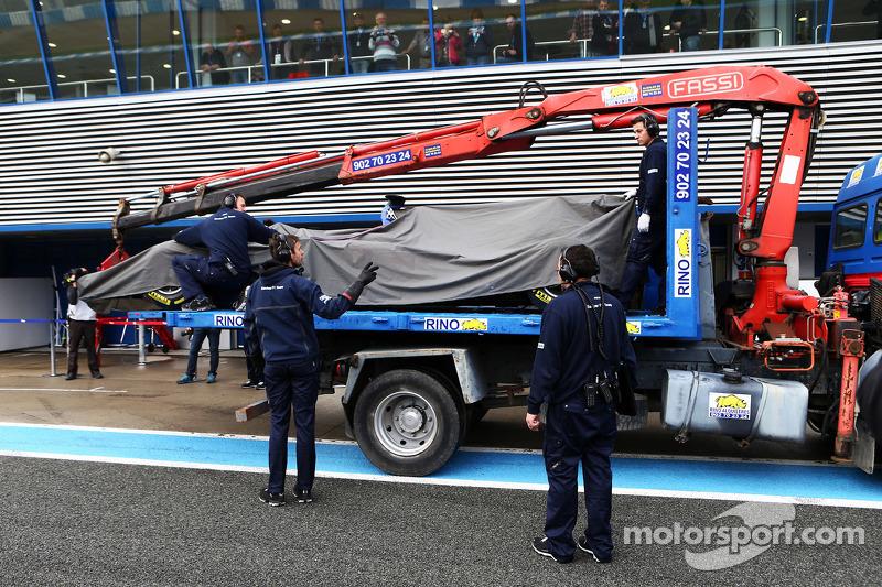 Der Sauber C34 von Felipe Nasr, Sauber F1 Team, wird per Lastwagen zurück in die Boxengasse gebracht