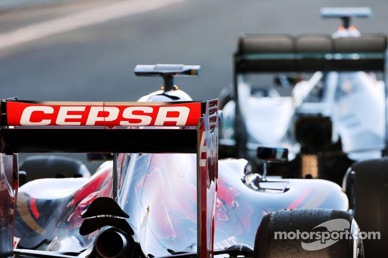 Макс Ферстаппен, Scuderia Toro Rosso STR10 та Льюїс Хемілтон, Mercedes AMG F1 W06 на виїзді з піт-лейн