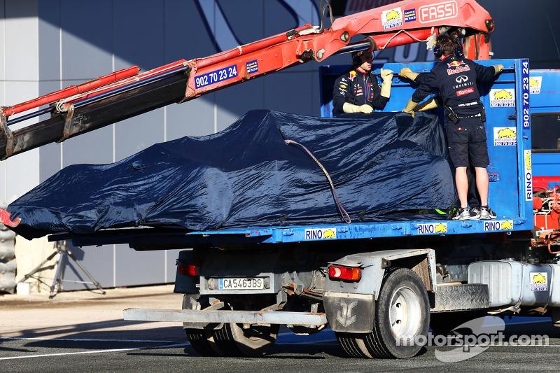 Der Red Bull Racing RB11 von Daniil Kvyat, Red Bull Racing, wird per Lastwagen zurück in die Box gebracht