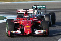 Kimi Raikkonen, Ferrari SF15-T devant Lewis Hamilton, Mercedes AMG F1 W06