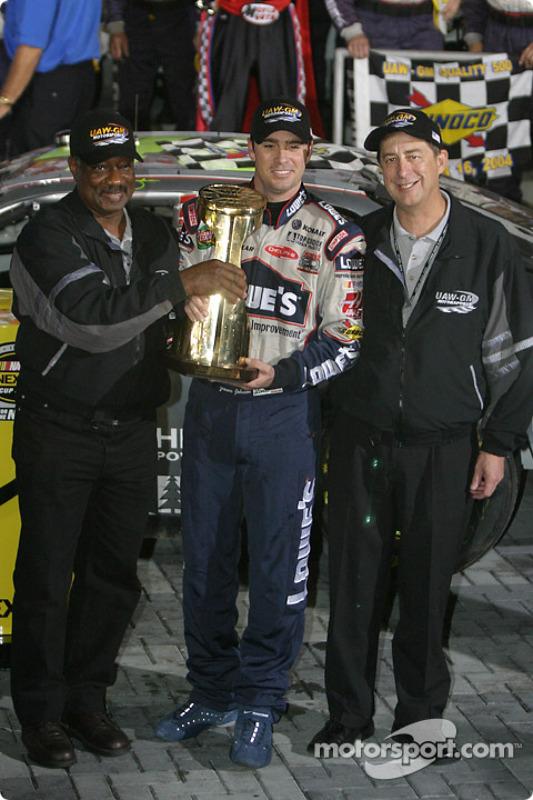 Victory lane : le vainqueur Jimmie Johnson reçoit le trophée de la victoire