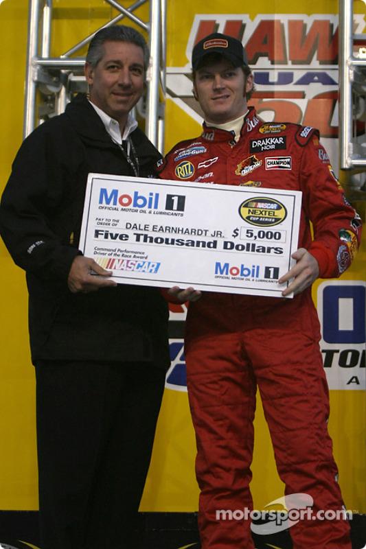 Présentation des pilotes : Dale Earnhardt Jr. reçoit un chèque