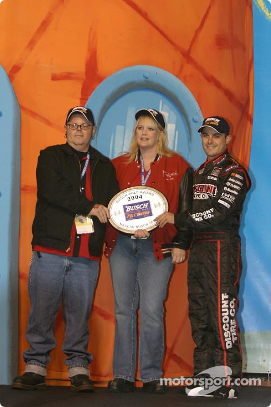 Présentation des pilotes : Casey Mears reçoit le trophée de la pole