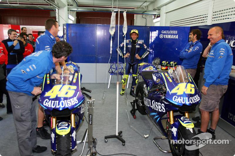 Doctor Rossi monitores  IV para su moto