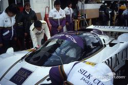 Boxenstopp: #52 Silk Cut Jaguar, Jaguar XJR6: Hans Heyer, Brian Redman, Hurley Haywood