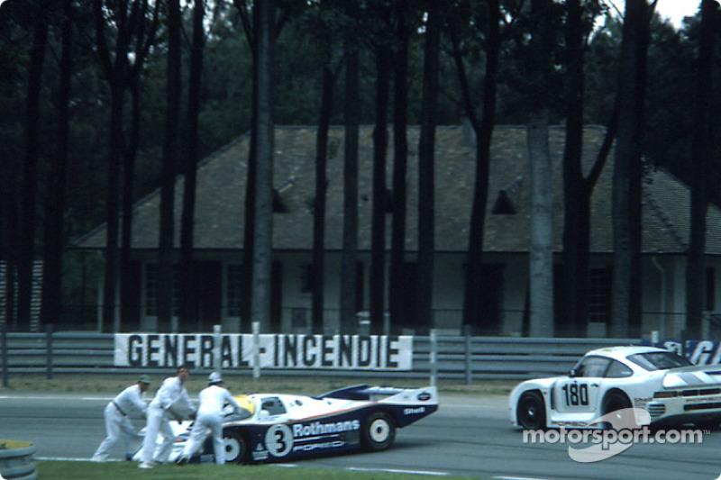 La Rothmans Porsche Porsche 962C (Vern Schuppan, Drake Olson) en difficulté