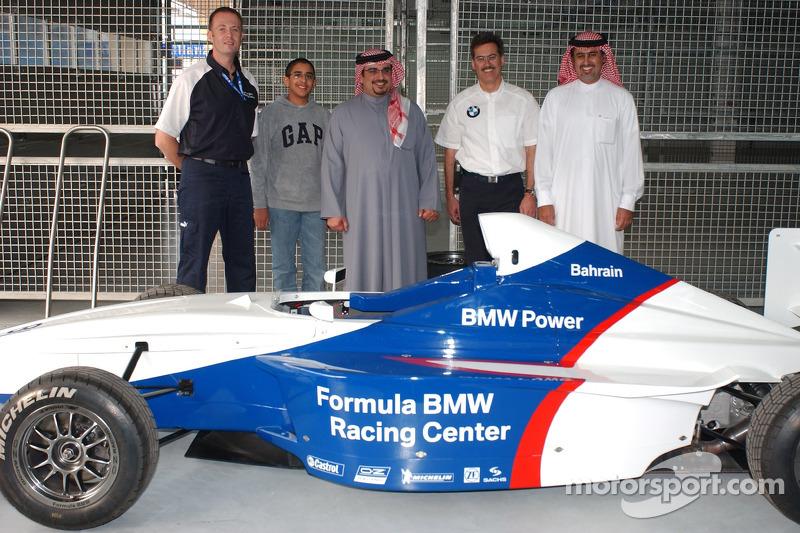 Nick Heidfeld y Mark Webber con el príncipe heredero de Bahrein