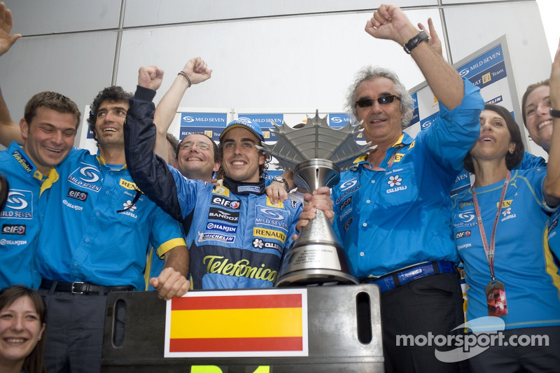 Ganador de la carrera Fernando Alonso con Flavio Briatore y los miembros del equipo Renault F1