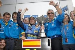 Фернандо Алонсо празднует победу в гонке вместе с Флавио Бриаторе и сотрудниками команды Renault F1 team