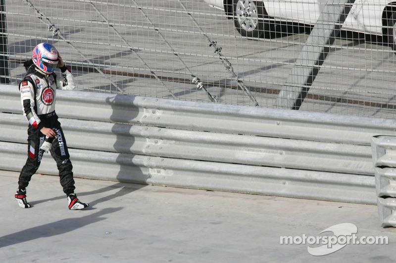 Jenson Button entra a boxes después de su abandono