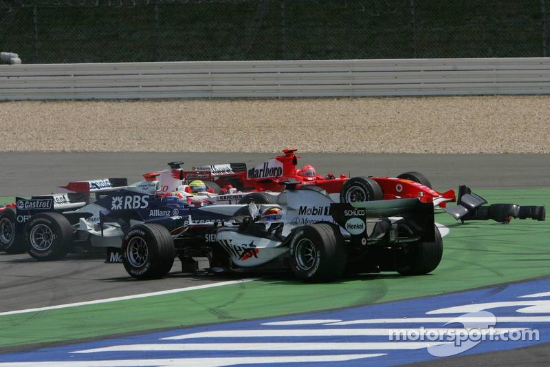 Inicio: Kimi Raikkonen líder, Mark Webber y Juan Pablo Montoya chocan, Michael Schumacher y Ralf Schumacher en problemas