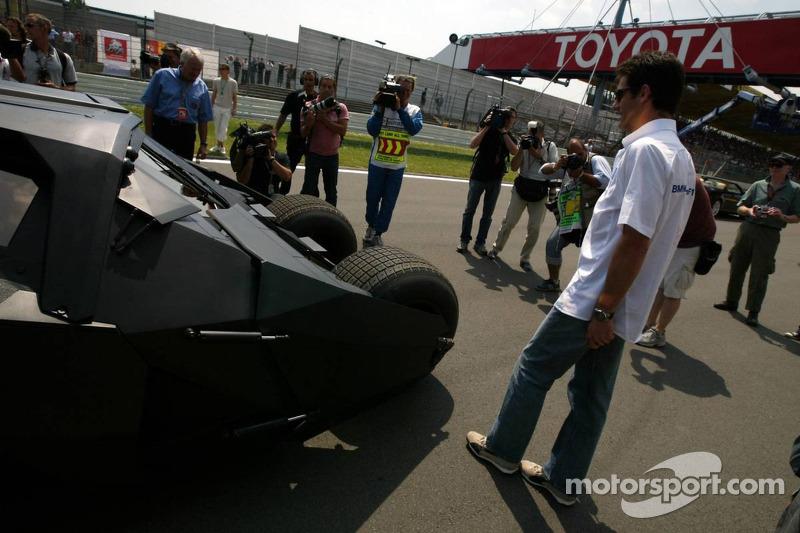 Mark Webber comprueba el nuevo Batimóvil
