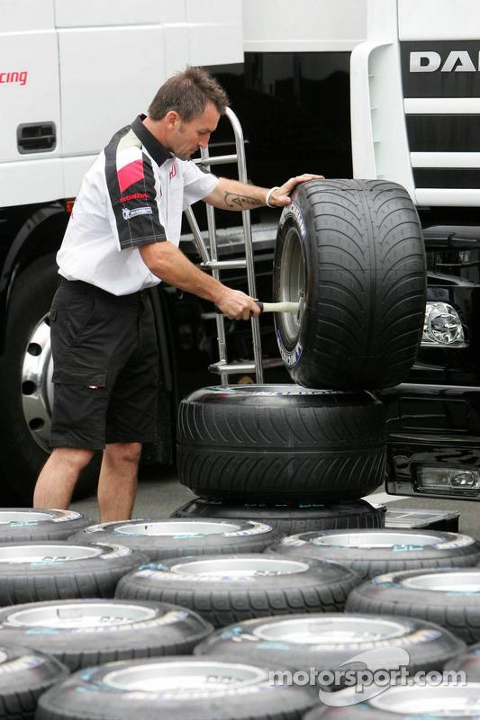 Un mécanicien BAR-Honda prépare des pneus