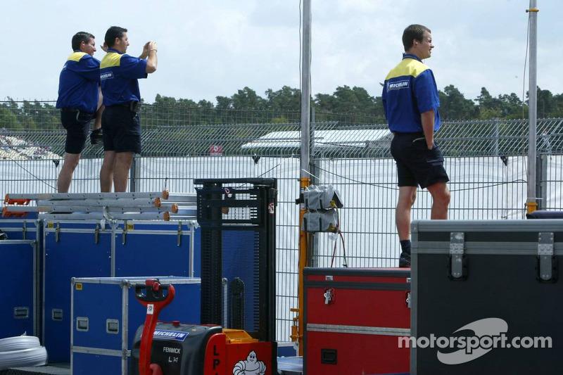 Miembros de la tripulación de Michelin ven la clasificación