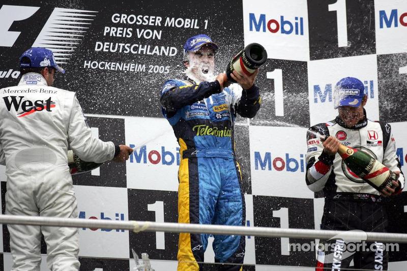 Podio: champagne para el ganador de la carrera Fernando Alonso, el segundo lugar Juan Pablo Montoya y y el tercer lugar Jenson Button