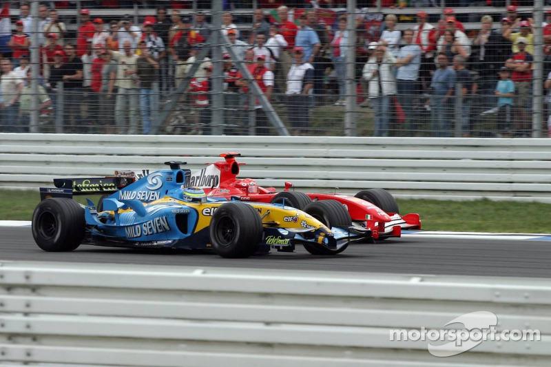 Giancarlo Fisichella pasa a Michael Schumacher