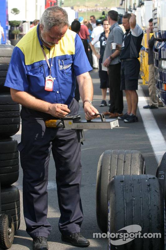 Ingeniero de Michelin comprueba neumáticos